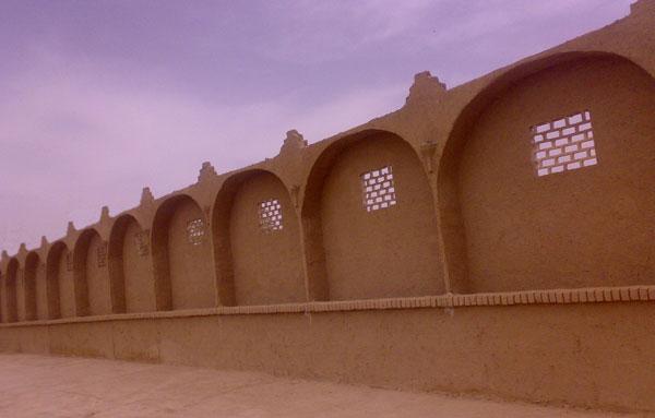 دیوار کاهگلی در کویر